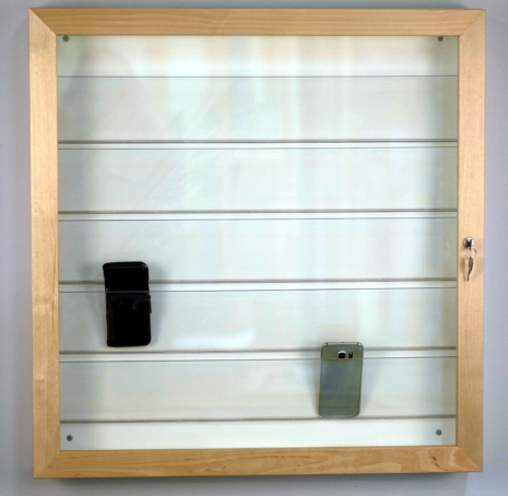 3. Låsbart mobiltelefonskåp, finns i bok, björk eller ek, vit stomme för 25 eller 35 st telefoner